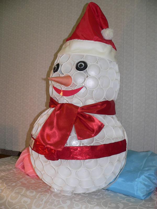 Небольшой снеговик из пластиковых стаканчиков своими руками фото