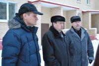 На фото: Юрий Сергеев, Александр Поликарпов и Олег Смирнов беседуют с руководителями работ на строительстве домов