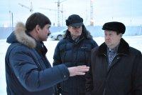 На фото: Александр Поликарпов беседует с подрядчиком о ходе работ по устройству вентилируемых фасадов