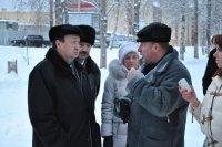 На фото: Олег Смирнов беседует с Александром Поликарповым о ходе реализации ФЦП
