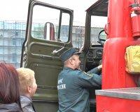Пожарные автомобили открыли свои двери для детей