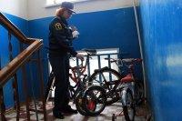 Парковка колясок и велосипедов в подъезде: необходимость или смертельная опасность?