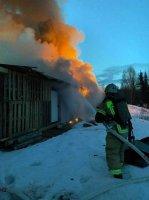 Огнем уничтожено семь гаражей